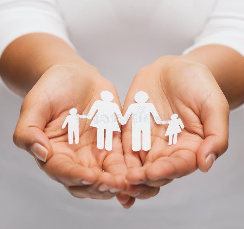 Χέρια γυναίκας με την οικογένεια ανδρών εγγράφου στοκ εικόνες