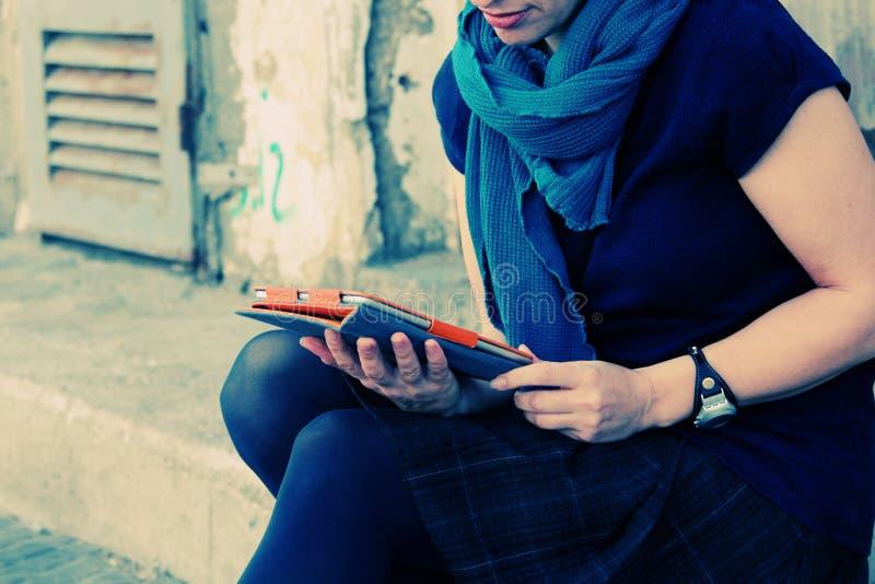 Χέρια γυναίκας με την ταμπλέτα στοκ φωτογραφία