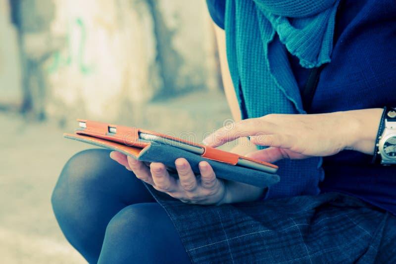 Χέρια γυναίκας με την ταμπλέτα στοκ εικόνα με δικαίωμα ελεύθερης χρήσης