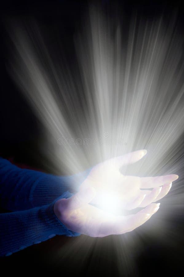 Χέρια γυναικών με τις ακτίνες του φωτός όπως το σπιρίτσουαλ, την ψυχή, τη θρησκευτική, αγγελική και θεία έννοια στοκ εικόνες