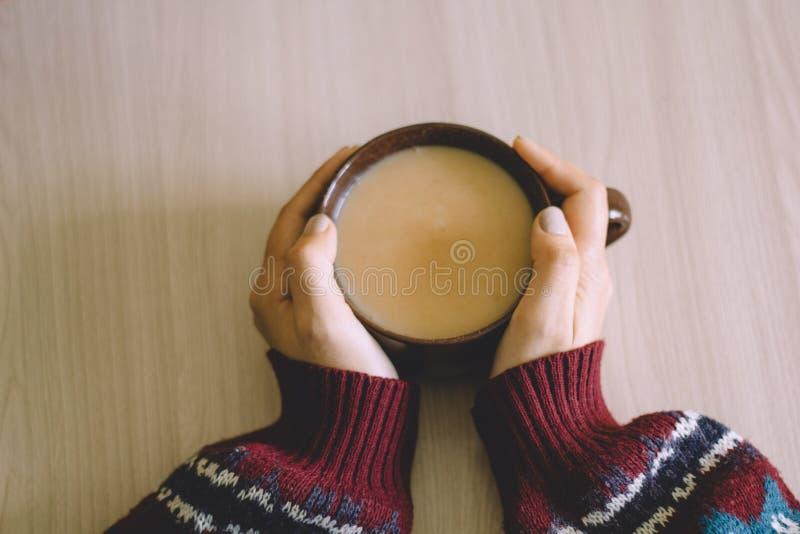 Χέρια γυναικών με τον καφέ στοκ εικόνα με δικαίωμα ελεύθερης χρήσης