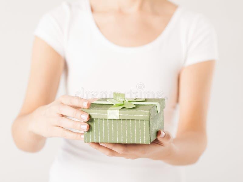 Χέρια γυναικών με το κιβώτιο δώρων στοκ φωτογραφία
