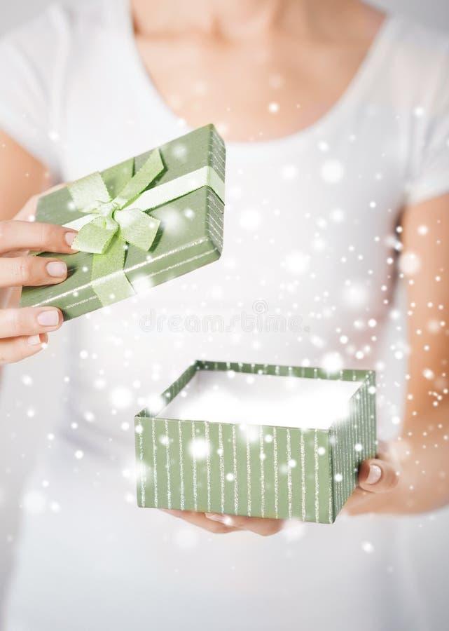 Χέρια γυναικών με το κιβώτιο δώρων στοκ φωτογραφία με δικαίωμα ελεύθερης χρήσης