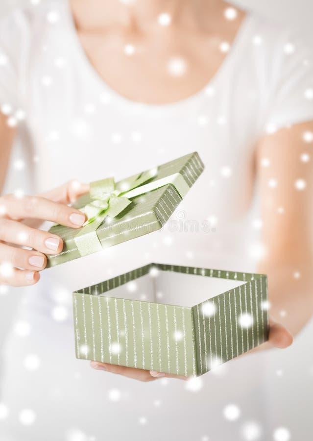 Χέρια γυναικών με το κιβώτιο δώρων στοκ εικόνες