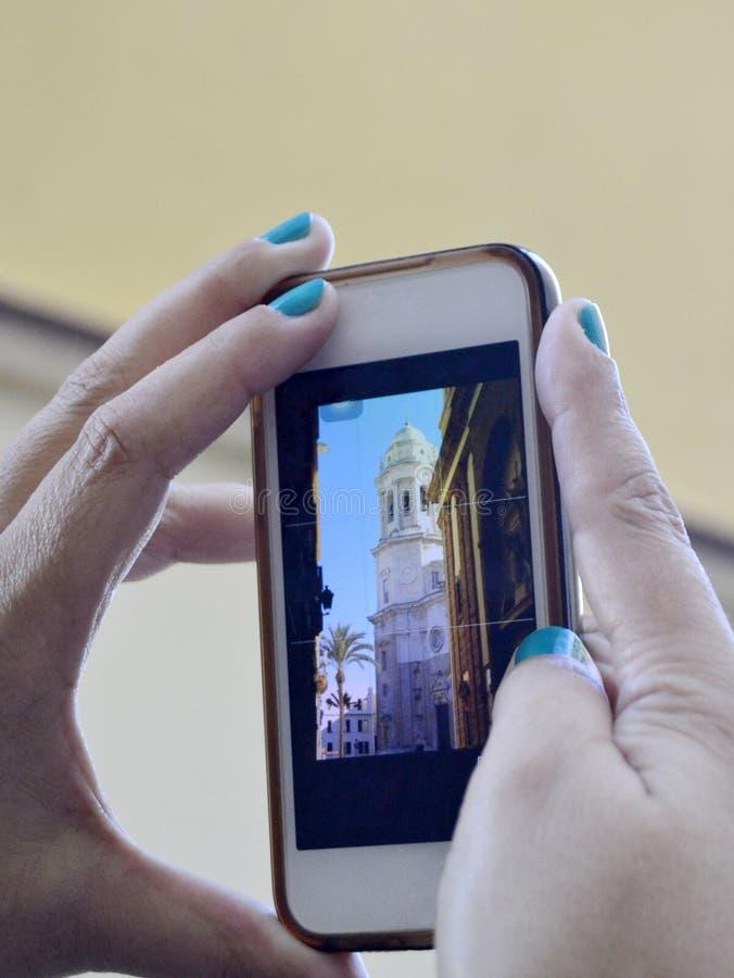 Χέρια γυναικών με το κινητό τηλέφωνο στοκ φωτογραφία