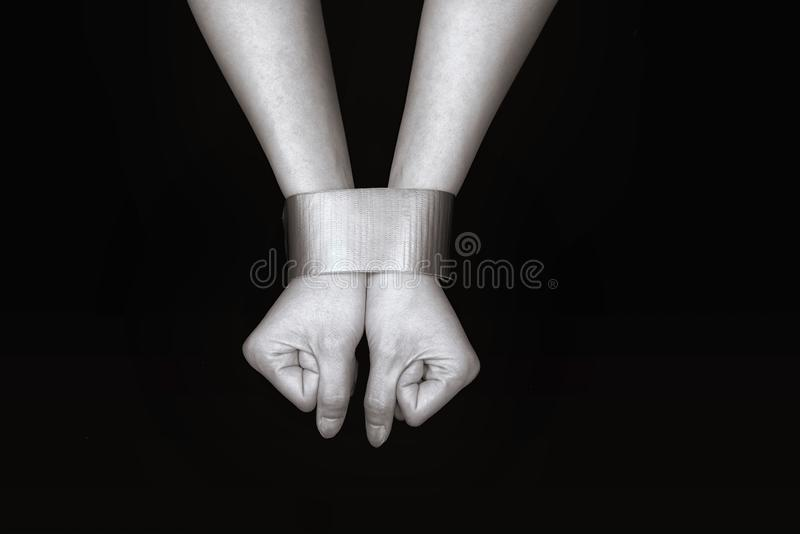 Χέρια γυναικών που δεσμεύονται με την ταινία στοκ φωτογραφίες με δικαίωμα ελεύθερης χρήσης