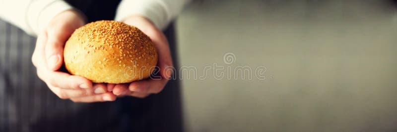 Χέρια γυναικών που κρατούν το πρόσφατα ψημένο ψωμί Κουλούρι, μπισκότο, έννοια αρτοποιείων, σπιτικά τρόφιμα, υγιής κατανάλωση διάσ στοκ φωτογραφίες