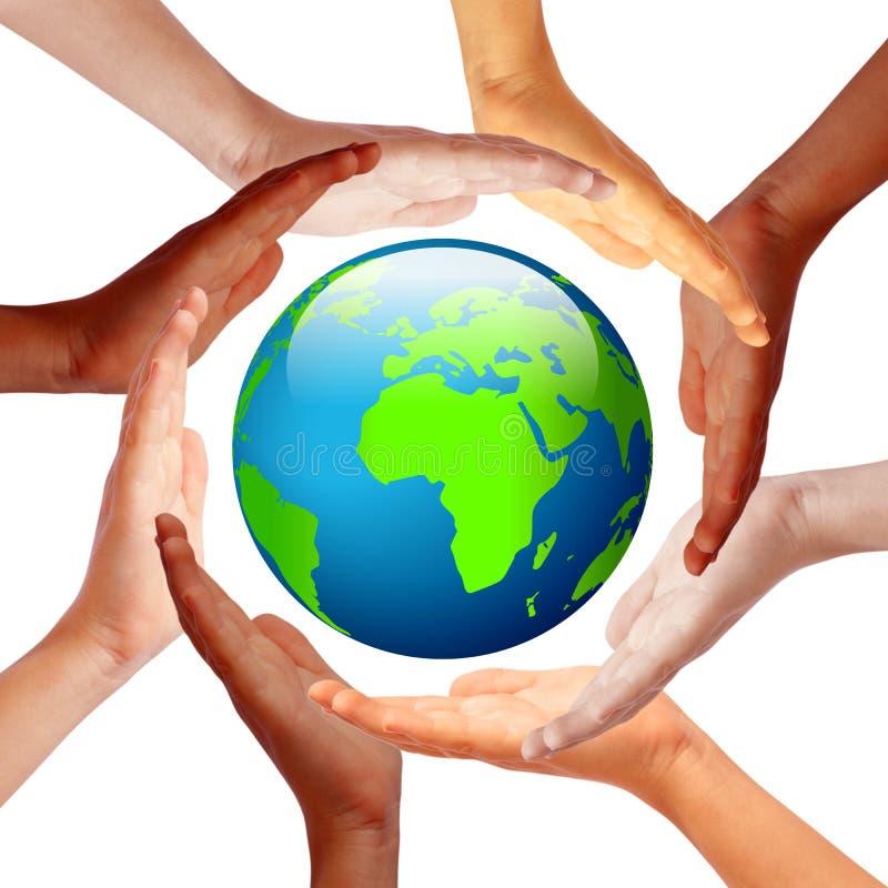 Χέρια γύρω από τη γη στοκ φωτογραφία
