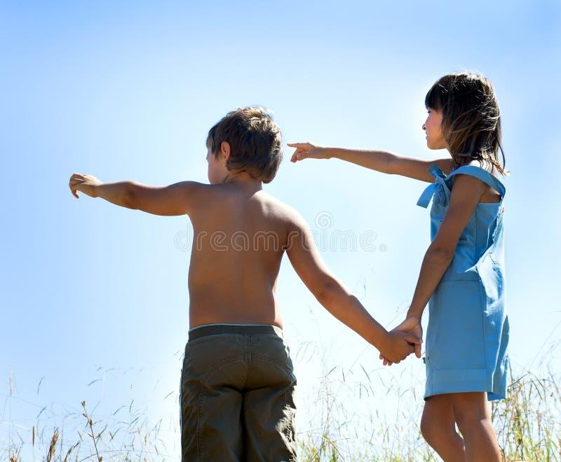 Χέρια εκμετάλλευσης αγοριών και κοριτσιών στοκ εικόνες