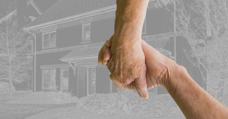 Χέρια εκμετάλλευσης ζεύγους μαζί μπροστά από το σκίτσο σχεδίων σπιτιών στοκ εικόνα