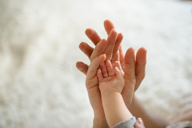 Χέρια εκμετάλλευσης πατέρων της συζύγου του και της μικρής χαριτωμένης κόρης τους στοκ εικόνες