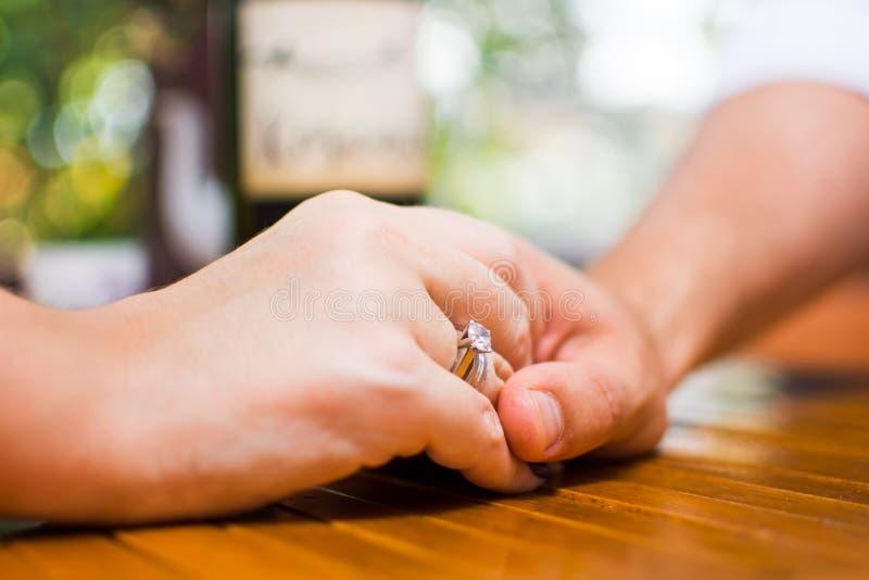 Χέρια εκμετάλλευσης ζεύγους κατά μια ημερομηνία στοκ φωτογραφίες με δικαίωμα ελεύθερης χρήσης
