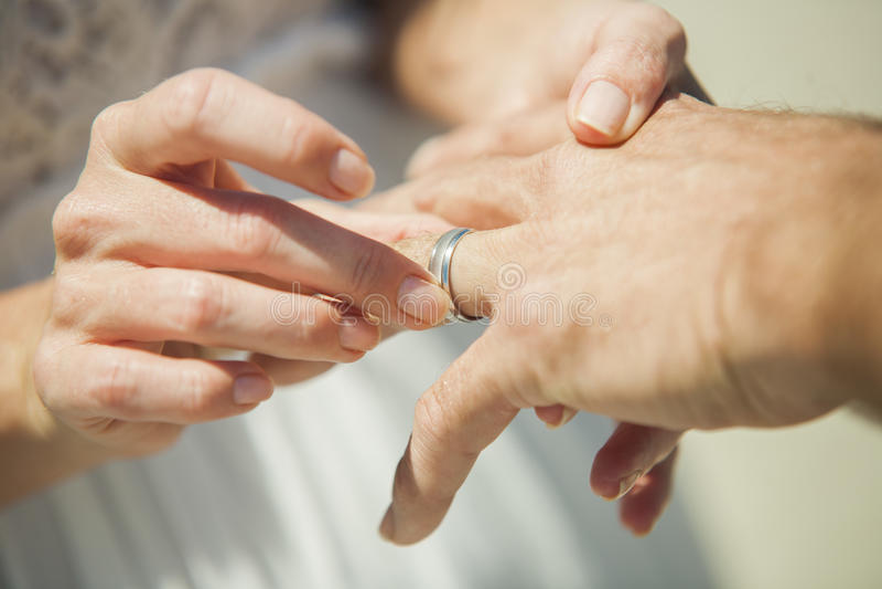 Χέρια εκμετάλλευσης ημέρας γάμου στοκ φωτογραφίες με δικαίωμα ελεύθερης χρήσης