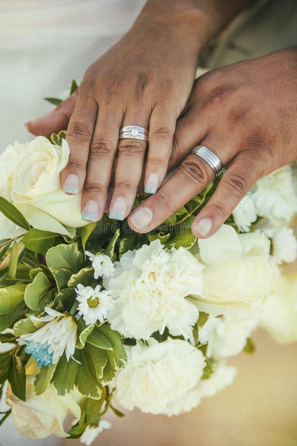 Χέρια εκμετάλλευσης ημέρας γάμου στοκ εικόνα