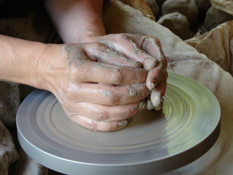 Χέρια ενός αγγειοπλάστη στοκ εικόνες