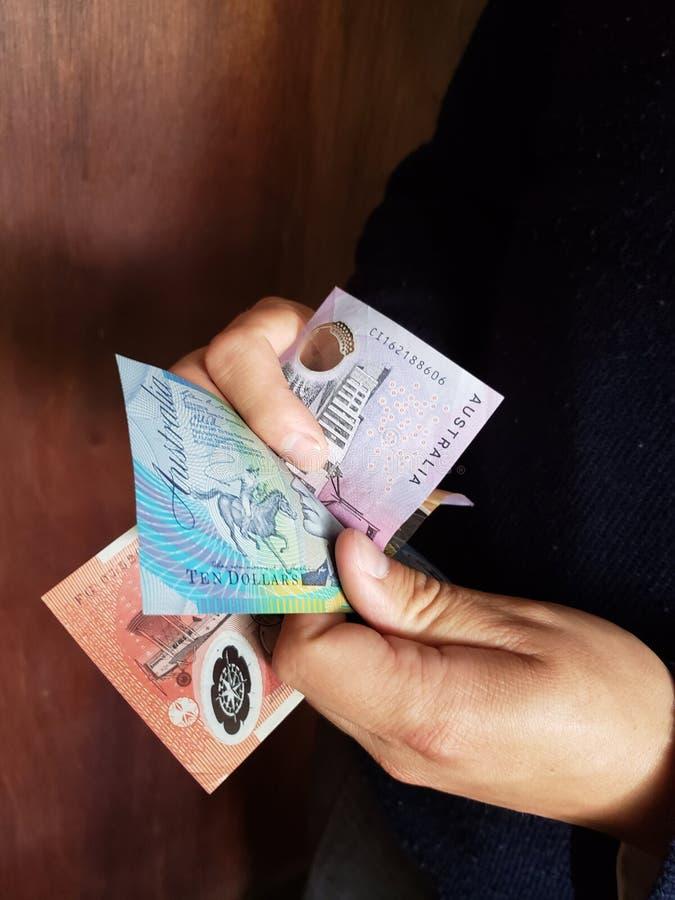 χέρια ενός ατόμου που μετρά τα αυστραλιανά τραπεζογραμμάτια στοκ εικόνες με δικαίωμα ελεύθερης χρήσης