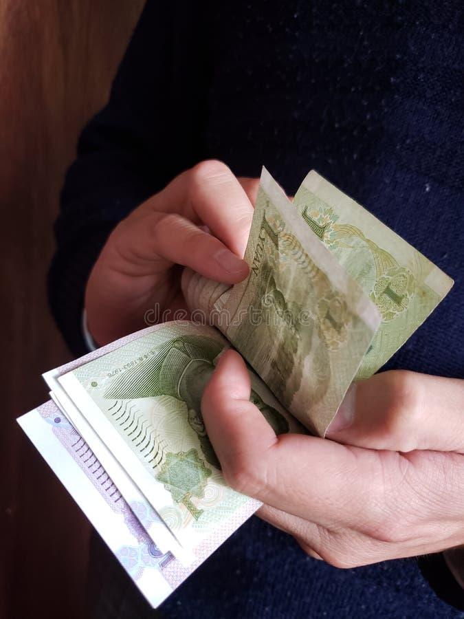 χέρια ενός ατόμου που μετρά τα κινεζικά τραπεζογραμμάτια στοκ φωτογραφία με δικαίωμα ελεύθερης χρήσης