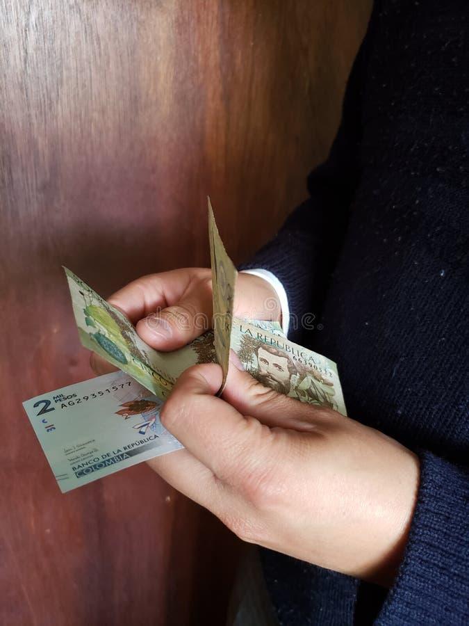 χέρια ενός ατόμου που μετρά τα κολομβιανά τραπεζογραμμάτια στοκ φωτογραφίες με δικαίωμα ελεύθερης χρήσης