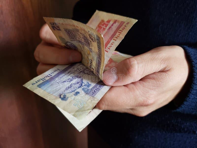 χέρια ενός ατόμου που μετρά τα μπελιζινά τραπεζογραμμάτια στοκ εικόνες με δικαίωμα ελεύθερης χρήσης