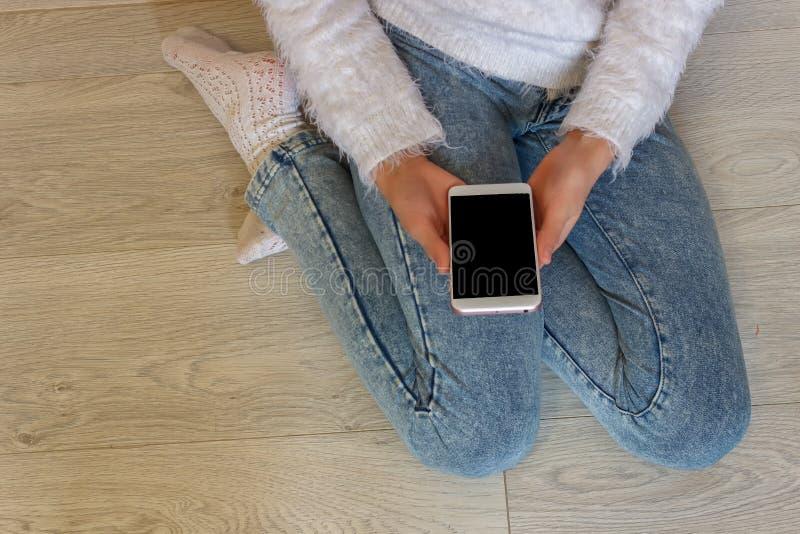 Χέρια ενός κοριτσιού που κρατά ένα κινητό τηλέφωνο έφηβοι καινοτόμο τηλ. στοκ φωτογραφίες με δικαίωμα ελεύθερης χρήσης