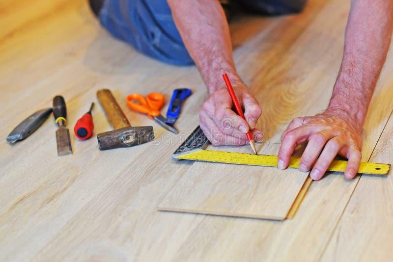 Χέρια ενός ξυλουργού στοκ φωτογραφία με δικαίωμα ελεύθερης χρήσης