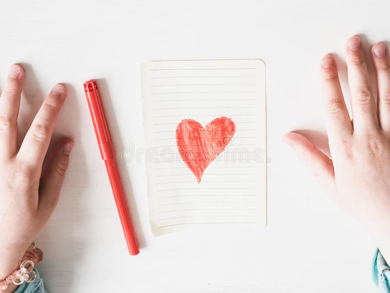 Χέρια ενός παιδιού και μιας συρμένης καρδιάς στοκ φωτογραφίες με δικαίωμα ελεύθερης χρήσης