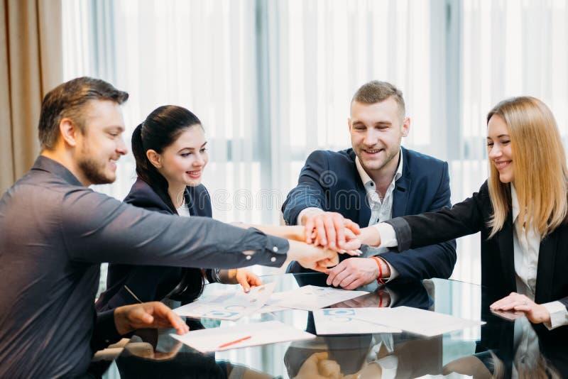 Χέρια επιχειρηματιών ενότητας ομαδικής εργασίας από κοινού στοκ φωτογραφία