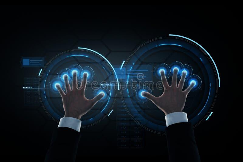 Χέρια επιχειρηματιών με την εικονική προβολή στοκ εικόνες με δικαίωμα ελεύθερης χρήσης