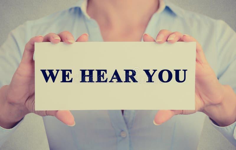 Χέρια επιχειρηματιών που κρατούν την κάρτα με σας ακούμε μήνυμα στοκ εικόνες με δικαίωμα ελεύθερης χρήσης