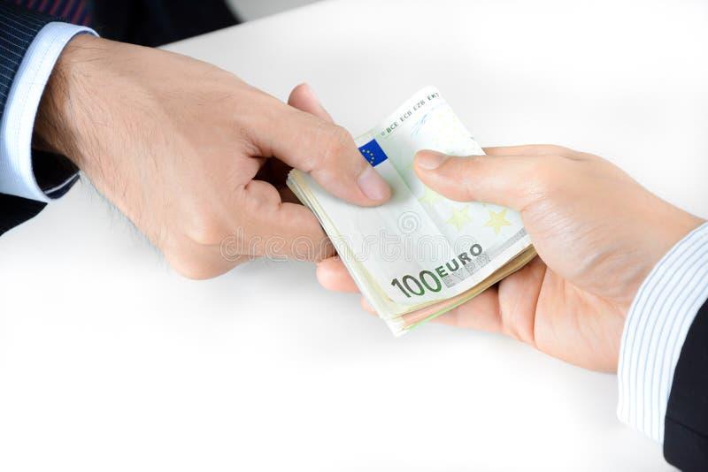 Χέρια επιχειρηματιών που περνούν τα χρήματα, ευρο- νόμισμα (ΕΥΡ) στοκ φωτογραφία