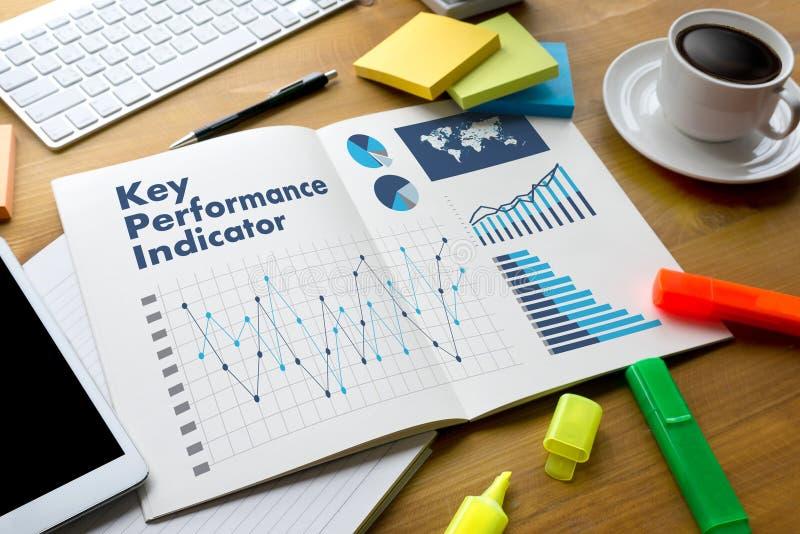 Χέρια επιχειρησιακών ομάδων αρκτικολέξων KPI (βασικός δείκτης απόδοσης) στο W στοκ εικόνα