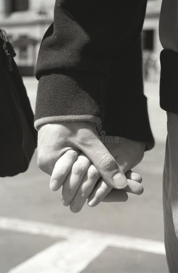 χέρια ζευγών που κρατούν νέ& στοκ φωτογραφίες με δικαίωμα ελεύθερης χρήσης