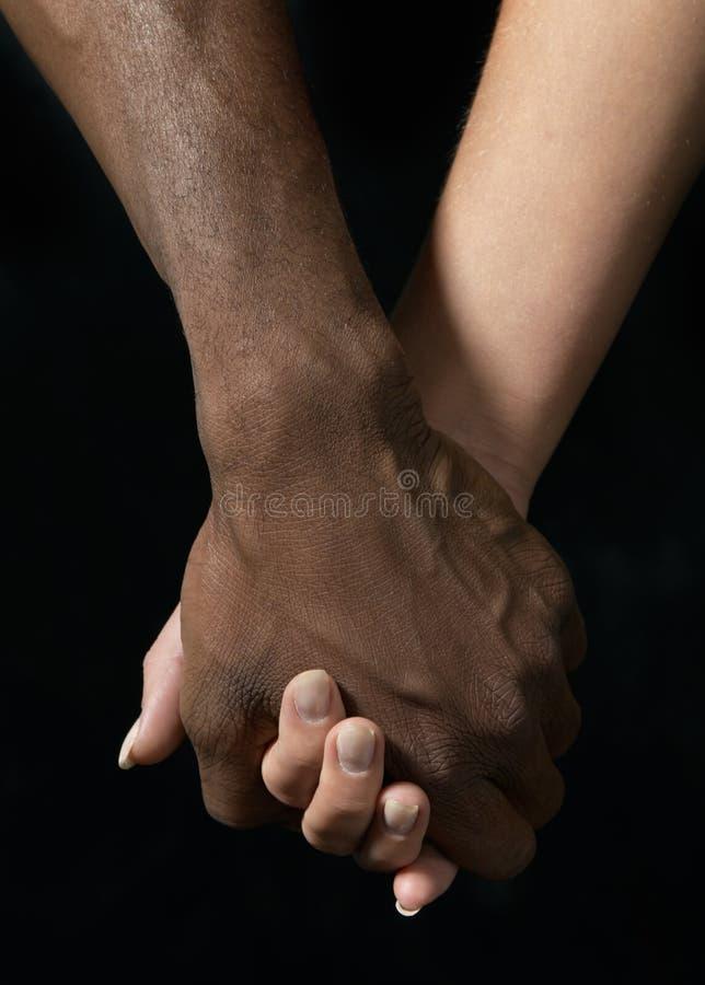 χέρια ζευγών που κρατούν νέ& στοκ φωτογραφία