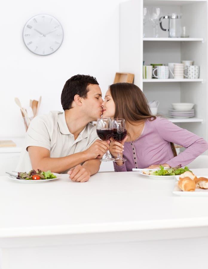 χέρια ζευγών που φιλούν τ&omicr στοκ εικόνες