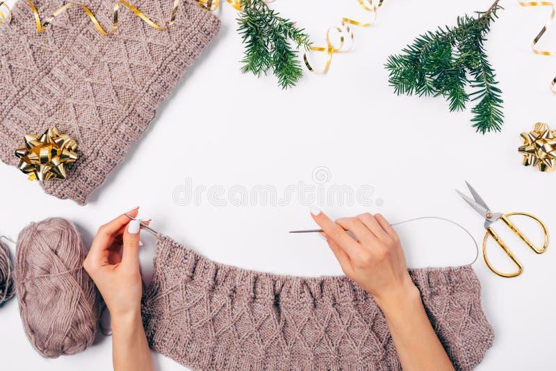 Χέρια θηλυκού που πλέκουν το μάλλινο πουλόβερ με τις βελόνες στοκ εικόνα με δικαίωμα ελεύθερης χρήσης