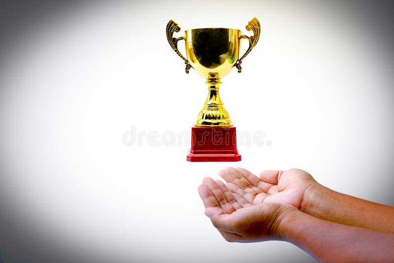 Χέρια και χρυσό τρόπαιο στοκ φωτογραφία με δικαίωμα ελεύθερης χρήσης