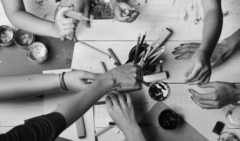 Χέρια καλλιτεχνών με τα χαρτικά και το χρωματισμένο έγγραφο Δείκτες λαβής χεριών στοκ εικόνες με δικαίωμα ελεύθερης χρήσης
