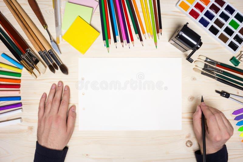 Χέρια καλλιτέχνη και εργαλεία σχεδίων στοκ φωτογραφίες