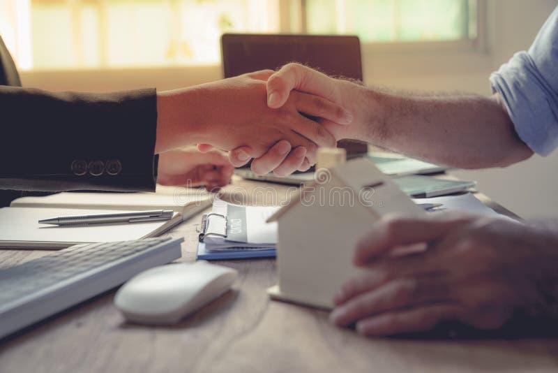 Χέρια κουνημάτων επιχειρηματιών στοκ εικόνες