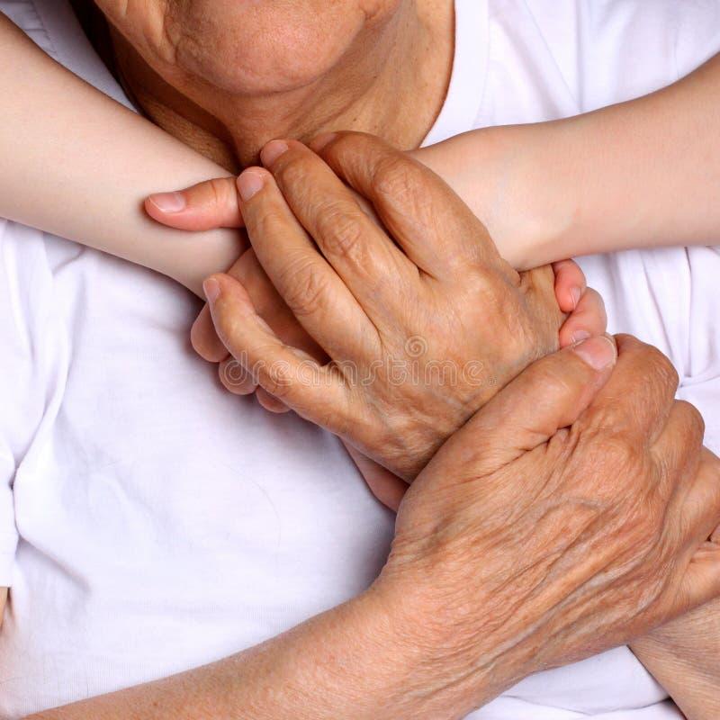 Χέρια λαβής γιαγιάδων και εγγονών με τη μεγάλη αγάπη στοκ φωτογραφία