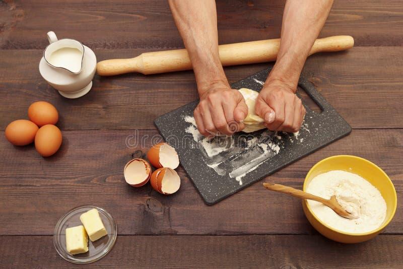 Χέρια μάγειρας που γονατίζουν ζύμη πάνω στο τραπέζι στοκ φωτογραφία με δικαίωμα ελεύθερης χρήσης
