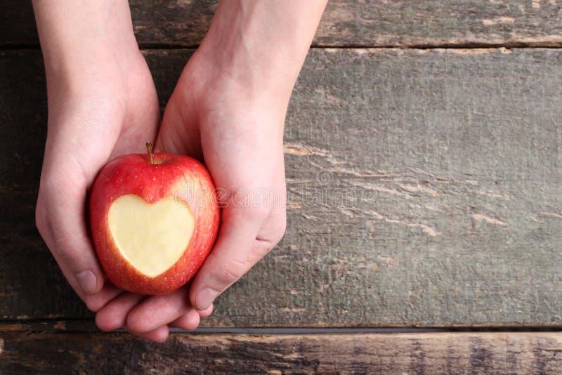 χέρια μήλων που κρατούν κόκ&ka στοκ εικόνες με δικαίωμα ελεύθερης χρήσης