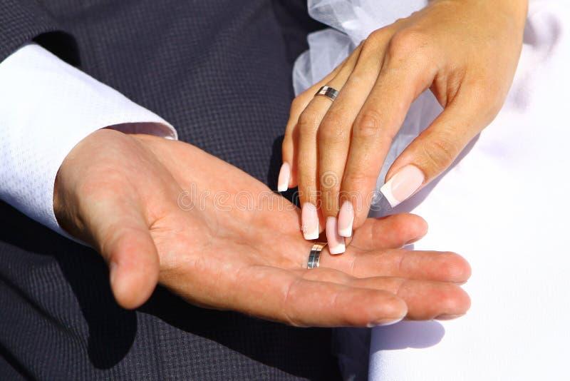 Χέρια με τα δαχτυλίδια στοκ εικόνες με δικαίωμα ελεύθερης χρήσης