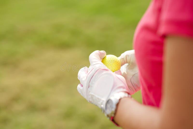 Χέρια με τη σφαίρα γκολφ στοκ φωτογραφίες