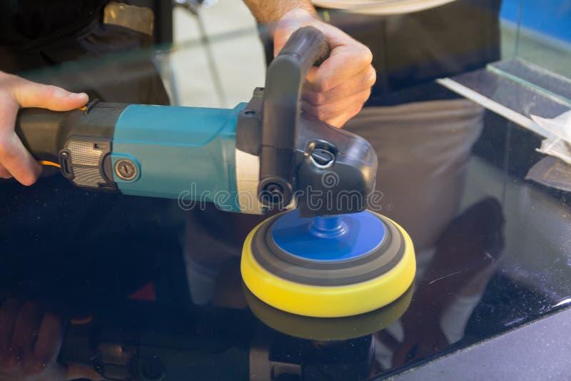 Χέρια με τον αυτόματο στιλβωτή στοκ φωτογραφίες με δικαίωμα ελεύθερης χρήσης