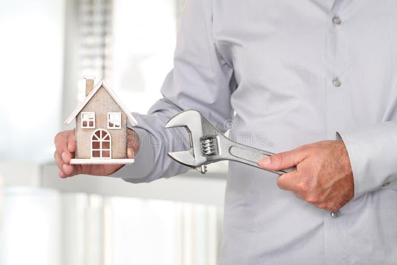 Χέρια με το σπίτι και το κλειδί, έννοια κατασκευής στοκ εικόνες