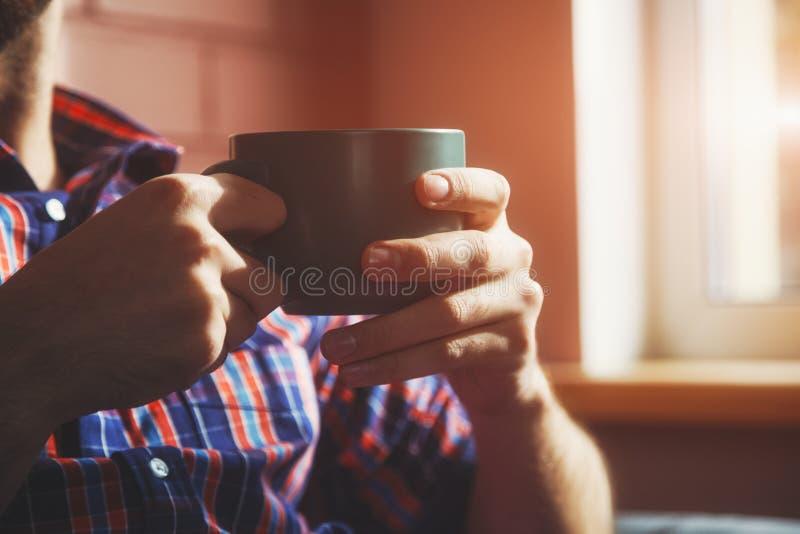 Download Χέρια με το φλυτζάνι του τσαγιού ή του καφέ Στοκ Εικόνες - εικόνα από φλυτζάνι, cappuccino: 62706440