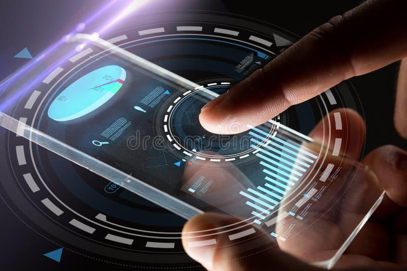 Χέρια με το smartphone και τα εικονικά διαγράμματα στοκ εικόνες