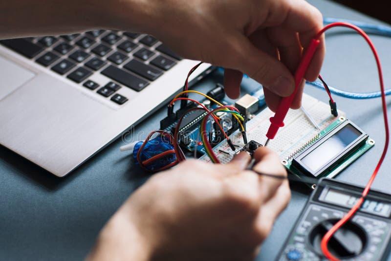 Χέρια μηχανικών που λειτουργούν με τα στοιχεία υπολογιστών στοκ εικόνα με δικαίωμα ελεύθερης χρήσης