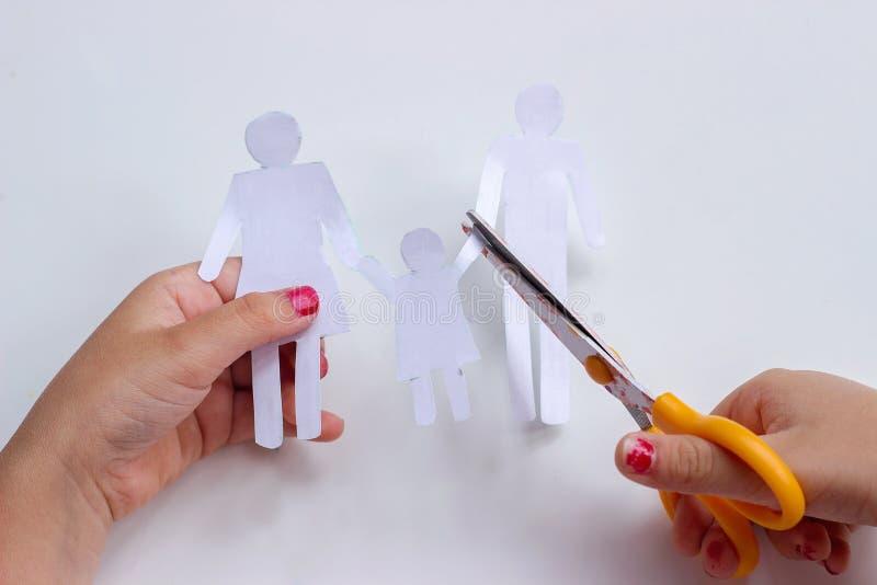 Χέρια μιας μικρής οικογένειας αλυσίδων εγγράφου κοριτσιών τέμνουσας με το ψαλίδι  στοκ εικόνες με δικαίωμα ελεύθερης χρήσης